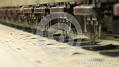 Couture et machine de broderie dans le ralenti banque de vidéos