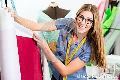 Couturier ou tailleur travaillant dans le studio