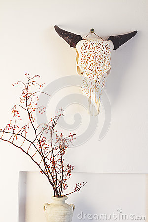 Free Cow Bull Head And Dried Berry Flowers Home Decor On White Wall Stock Photo - 65698070