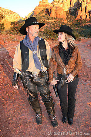 Cowboy e cowgirl che esaminano ogni altro largo