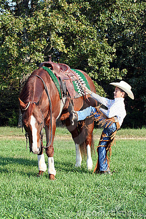 Free Cowboy Mounting His Horse Royalty Free Stock Photography - 6741157
