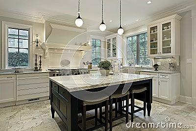Cozinha com partes superiores contrárias do granito