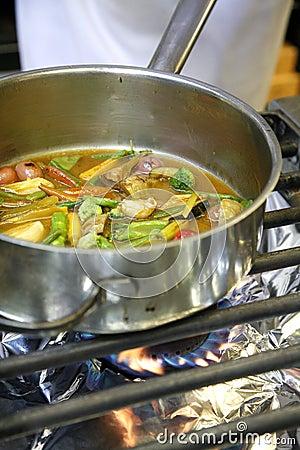 Cozinhando vegetais em um fogão do gaz