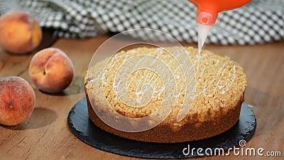 Cozinhe a decoração de um bolo com açúcar de crosta de gelo com um saco tranquilo Torta do pêssego do verão com a migalha do açúc filme