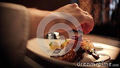 Cozinheiro chefe Getting um prato da carne pronto video estoque