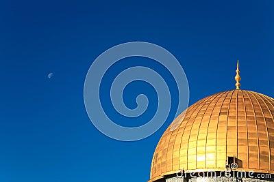 Cúpula do ouro no fundo do céu azul brilhante