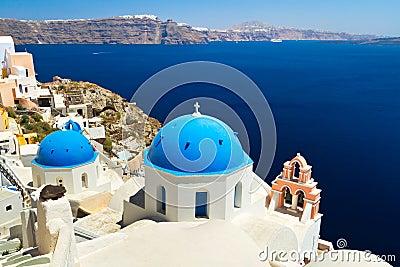 Cúpulas y la torre Bell de la iglesia en Santorini