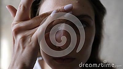 Crème de visage cosmétique Portrait d'une jeune femme à la peau propre naturelle, gros plan, plan statique banque de vidéos