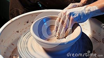 Création de la poterie de terre et du concept traditionnel de poterie Les mains du potier masculin expérimenté créant le beau pro banque de vidéos