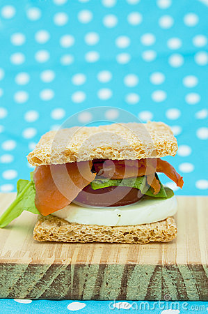 Cracker sandwich with smoked salmon