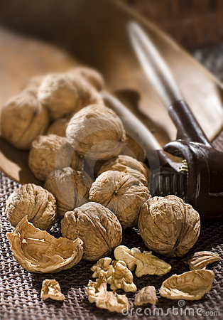 Free Cracking Walnuts Stock Images - 3432014