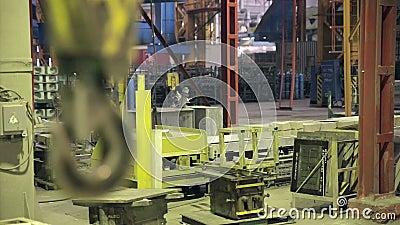 Crane Hook de balanceo industrial Interior de Fatory almacen de metraje de vídeo