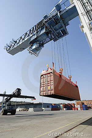 Free Crane Lowering Container Royalty Free Stock Photography - 2511247