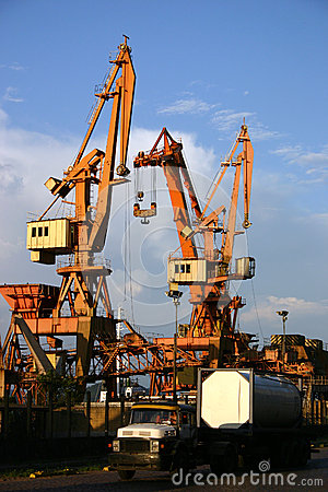 Free Cranes In The Harbour Royalty Free Stock Photo - 35073235