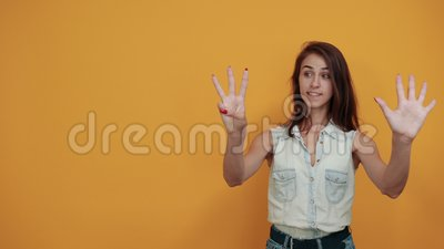Crazy caucasian junge Frau in blauem Denim-Hemd mit neun Fingern stock footage