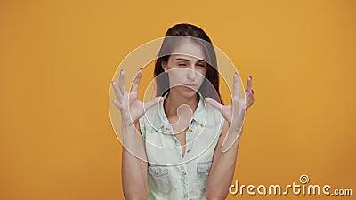 Crazy Kaukasian junge Frau in blauem Denim-Hemd mit Tiergesten stock video