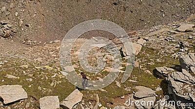 Crazy Mann springen und rennen auf dem Berg Felsen, Aerival Ansicht auf 4k stock footage