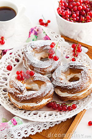 Free Cream Puff Rings Decorated With Fresh Red Currant Stock Photography - 44571422