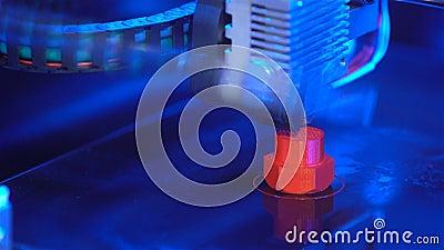 Crear el modelo plástico en una impresora 3D en proceso metrajes
