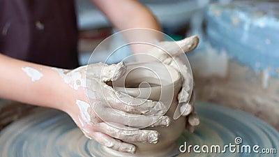 Creare un vaso di argilla vasaio Officina di argilla Argilla sul dispositivo supervisore Le mani che lavorano alle terraglie spin video d archivio