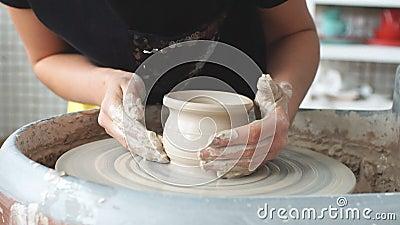 Creare un vaso di argilla vasaio Officina di argilla Argilla sul dispositivo supervisore Le mani che lavorano alle terraglie spin archivi video