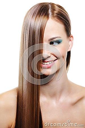 Creatief kapsel met vlot lang vrouwelijk haar