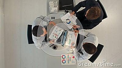 Creatief team die grafieken met laptop tonen en stock videobeelden