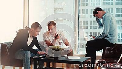 Creatief zakenteam van drie jongeren dat samenkomt stock videobeelden