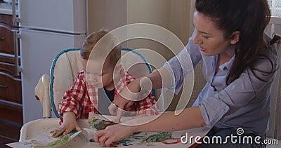 Creatività di sviluppo della madre con il disegno del bambino con le pitture del dito stock footage