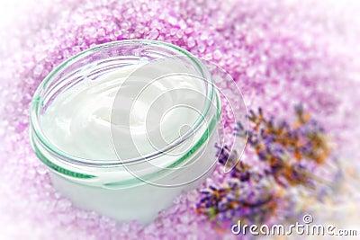 Crema facial en el tarro de cristal en un balneario