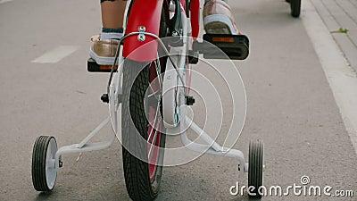 A criança anda de bicicleta vídeos de arquivo