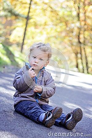 Criança ao ar livre, queda