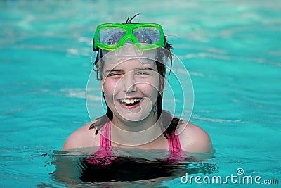 Criança em uma piscina