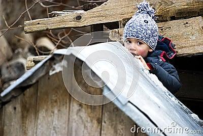 Criança escondendo