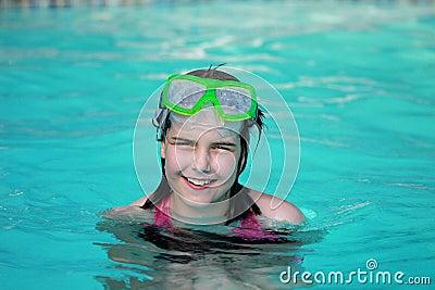 Criança feliz em uma piscina