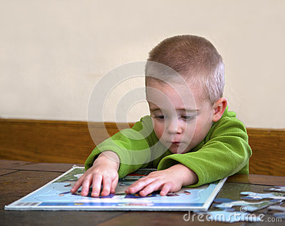 Criança que trabalha em um enigma.