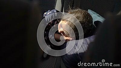 A criança que dorme no banco traseiro do carro video estoque
