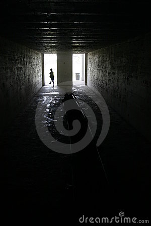 Criança que funciona no quarto escuro no forte Desoto, Florida