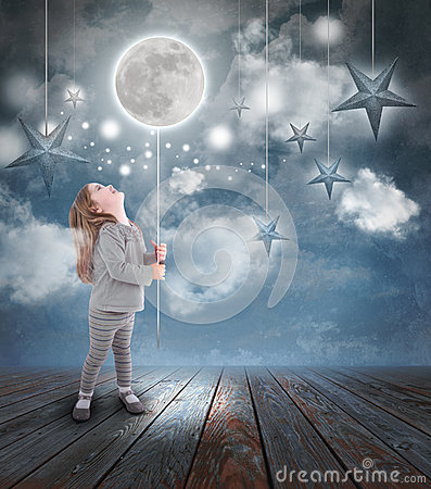 Criança que joga com lua e estrelas na noite