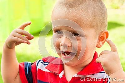 Criança que shouting e que gesticula