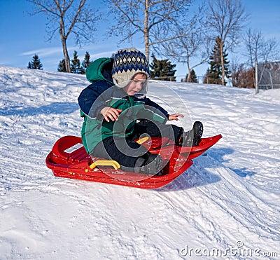 Criança que sledding