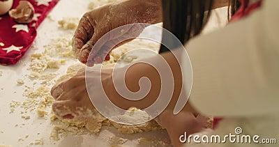 Criança usando um cortador de biscoitos enquanto cozinhava video estoque