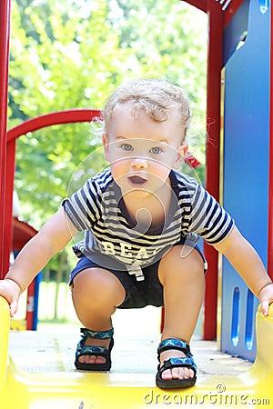 Criança, verão da criança, campo de jogos da mola