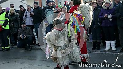 A criança vestiu-se acima na figura do carnaval do polje de Ptujsko video estoque