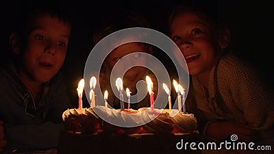 Crianças e bolo de aniversário video estoque