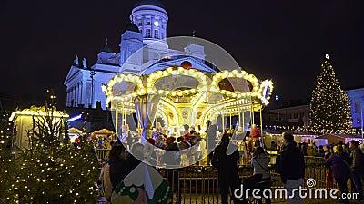 Crianças felizes no mercado de Natal na Praça Senat, Helsínquia video estoque
