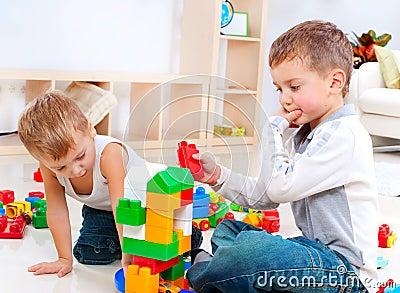 Crianças que jogam no assoalho
