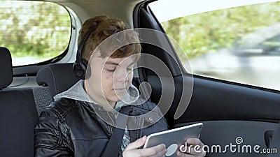 Crian?a no carro com tabuleta filme