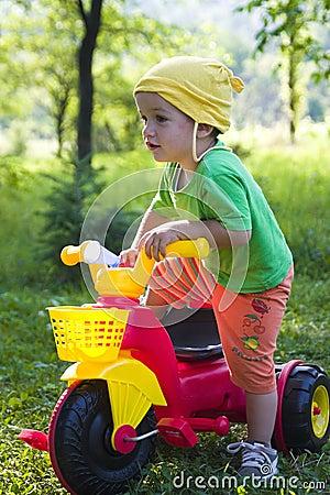 Criança com triciclo