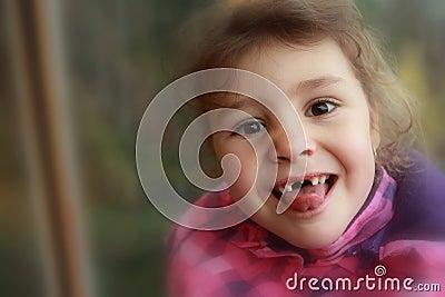 Criança feliz sem dentes